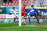 Fotbalisté Karviné (v bílém) zvládli zápas v Brně 2:0.