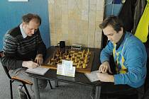 Jaroslav Sobek (vlevo) patří již dlouhodobě k oporám šachistů Karviné.