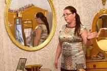 Mezi zámeckými zrcadly v jedné z komnat fryštátského zámku předvádí průvodkyně Irena Tlolková návštěvníkům část z místní bohaté historie.