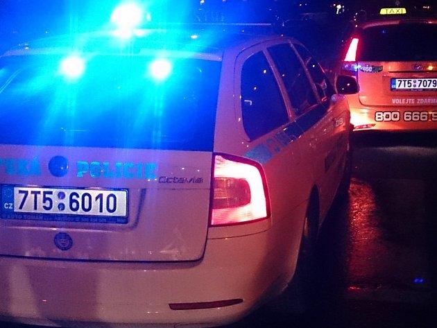 Nehoda policejního vozu, kterému do cesty vjel taxík.