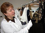 Práce textilní konzervátorky v muzeu v sobě ve skutečnosti skrývá několik oborů najednou.