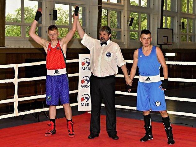 Daniel Mikušťák (vlevo) se nyní může opravdu cítit jako vítěz. Na snímku vyhrál v ringu, v hlasování čtenářů také zvítězil.