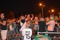 Vítání fotbalistů karvinskými fanoušky. Oslavy udržení v lize.