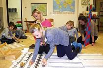 Děti si na dni otevřených dveří mohly vyzkoušet pracovní pomůcky Montessori pedagogiky.