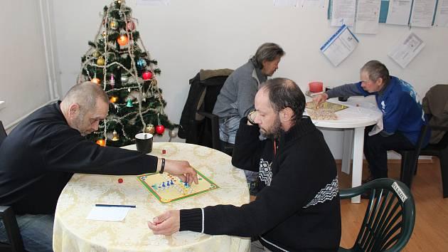 Po dobu rekonstrukce objektu, kde město provozuje nízkoprahové denní centrum, nacházejí bezdomovci azyl v náhradních prostorech.