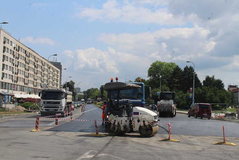 Centrum Havířova je momentálně plné stavebních strojů a dělníků. Opravuje se několik páteřních komunikaci najednou a k tomu ještě nefungují některé semafory na křižovatkách. Křižovatka ul. Dělnická a Dlouhá třída.