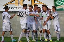 Fotbalové derby v Karviné vyznělo jasně pro domácí hráče (v bílém), kteří se radovali hned třikrát.