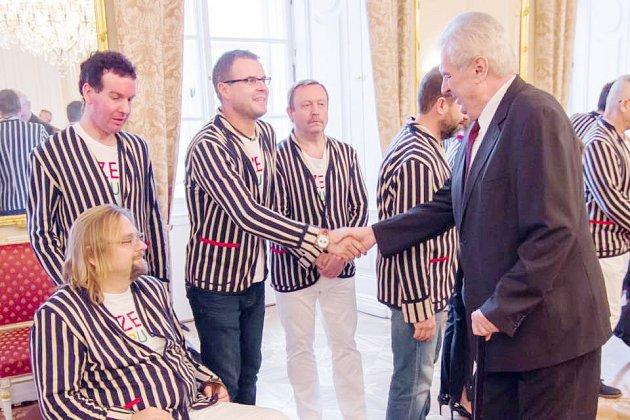 Ivan Karabec a další paralympici si potřásli rukou s prezidentem Milošem Zemanem.