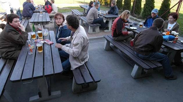 Restaurační zahrádky se mezi lidmi těší v létě značné oblibě.