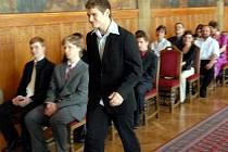 Erik Janiš kráčí pro své maturitní vysvědčení.