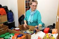 Marcela Holková z dobrovolnické organizace ADRA nad potravinovou sbírkou.