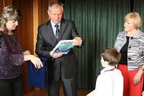 Osmiletý gymnazista Ondřej Frydrych při setkání s primátorem Havířova Zdeňkem Osmanczykem.
