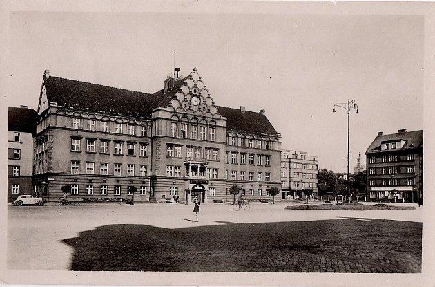 Historická budova radnice v Českém Těšíně na tehdejším náměstí E. Beneše.