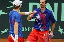 Češi (vlevo Tomáš Berdych, vpravo Radek Štěpánek) přišli o prvenství v žebříčku Davis Cupu.
