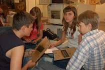 Právi v muzeu si včera vyzkoušeli orlovští školáci i další zájemci, kteří toho dne do muzea zavítali. Pracovníci zařízení se takto rozhodli oslavit celosvětový Den muzeí.