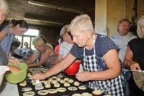 Stonavské dožínky se letos v tradiční podobě nekonaly. Oblíbených dožínkových koláčů se ale Stonavané dočkali. Upekly je ženy z tamní PZKO.