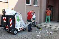 Elektrovysavač pro úklid ulic v Havířově.