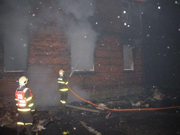 Hašení požáru domu v Bohumíně.