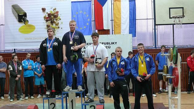 Medailisté z MČR v silovém trojboji. Uprostřed Tomáš Turek.