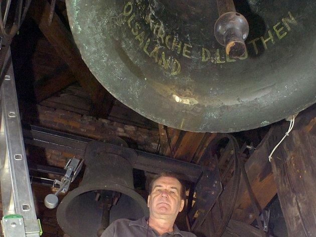 Jan Tralich pod zvony na věži v Dolní Lutyni, kde instaloval zvonkohru.