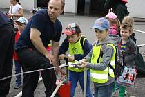 Strážníci, policisté a hasiči si pro děti připravili ukázky své techniky a výcviku.