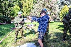 Návštěvníci si na vlastní kůži vyzkoušeli i historické zbraně, vojenská auta či speciality z polní kuchyně.