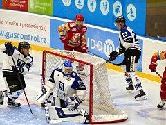 Havířovští hokejisté (v bílém) odehráli proti Trenčínu velmi dobrý zápas.