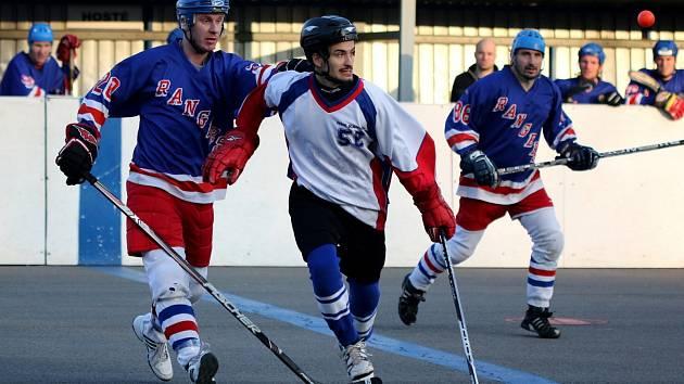 Karvinští hokejbalisté (v bílém) znovu narazili v souboji s béčkem Hradce.