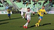 Karvinští fotbalisté (v bílém) se doma rozešli s Teplicemi smírně.