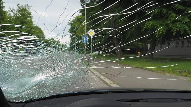 Řidič v Karviné srazil ženu přecházející silnici mimo přechod. Ta nepřežila.