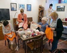 Bohumínské ženy, které si říkají krojovanky, šijí originální tašky ze zbytků látek, výtěžek použijí na obnovu tradic místního kroje.