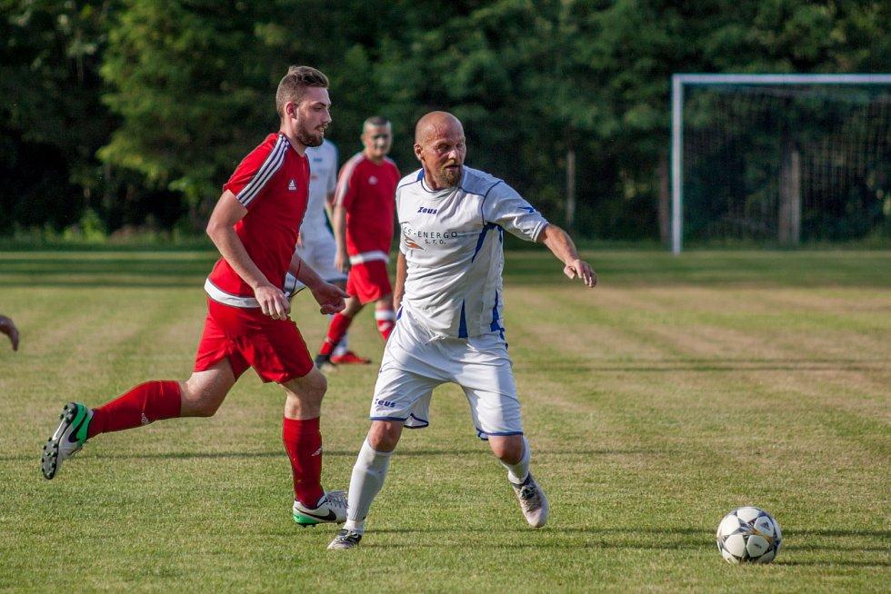 Fotbalisté Slavoje (v bílém) vyprovodili v posledním kole druhý Svinov výsledkem 5:1. I to svědčí o jejich letošní převaze.