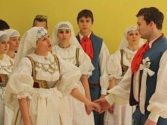 V Petrovicích u Karviné představily tamní ženy veřejnosti, jak vypadala v minulosti slezská svatba.