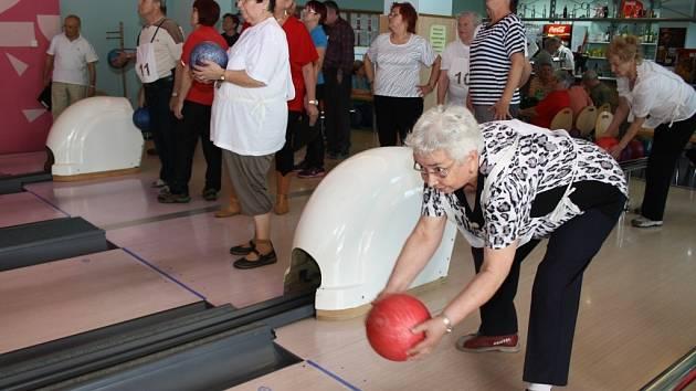 Turnaj seniorů v bowlingu.