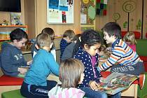 Knihovna využívají i děti ze základní školy, která je pod jednou střechou.