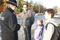Policejní mluvčí a preventistka Zlatuše Viačková v rozhovoru s dětmi při cestě do školy v rámci akce Zebra se za tebe nerozhlédne.
