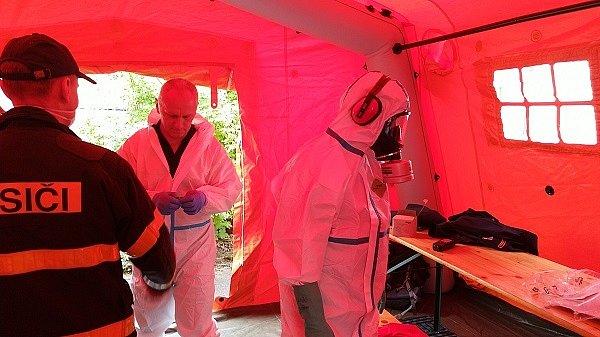 Hasiči dezinfikovali prostory ZŠ Generála Svobody, 23. května 2020 v Havířově. Jeden ze studentů deváté třídy měl pozitivní test na koronavirus (COVID-19). Jeho otec pracuje v Dole Darkov, kde se objevila hromadná nákaza.