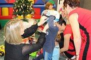 Radniční Ježíšek naděluje dárky pod stromeček v předstihu.