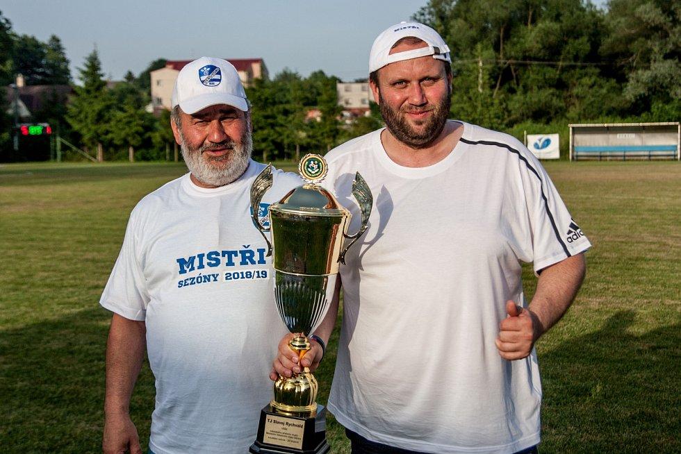 Představitelé Slavoje obdrželi krásný pohár za vítězství.
