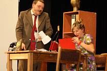 První den přehlídky ochotnických divadel v Petřvaldě se představily mj. soubory Divadlo skřítek a K.V.A.S. Na začátku vystoupení druhého z nich si diváci dokonce zacvičili s herci malou rozcvičku.