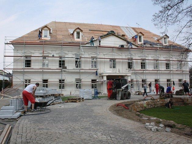 Rekonstrukce zámečku a jeho okolí.
