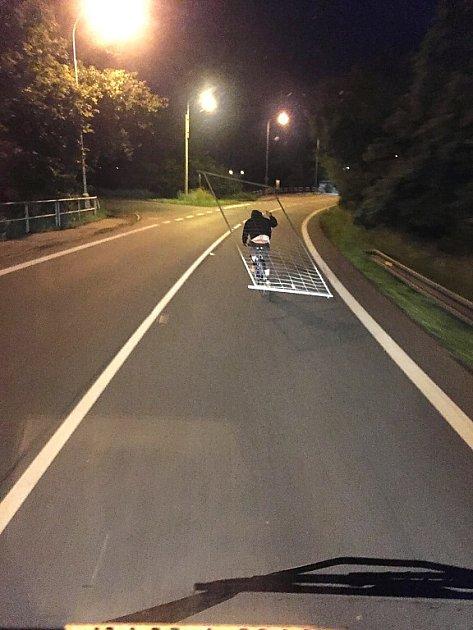 Cyklista převážející ukradený plot.