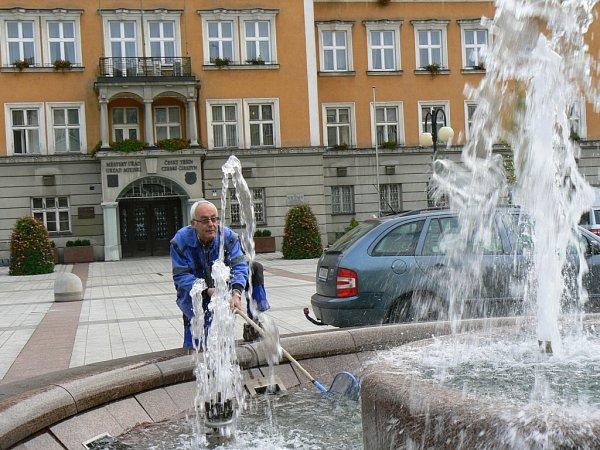 Edvard Kajfosz denně čistí fontánu.