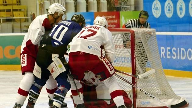 Havířovští hokejisté (v modrém) podlehli Slavii 2:3.