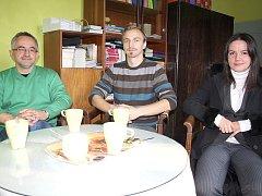 Základní tým českotěšínských dobrovolníků, kteří pomáhají uprchlíkům. Zleva Marcin Pilch, Jakub Smyček a Ilona Machandrová.