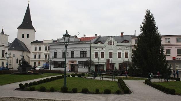 Od nedělního rána zdobí Masarykovo náměstí v Karviné třináctimetrový smrk stepilý.