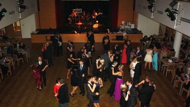 Po letech byla obnovena tradice společného Stužkovacího plesu všech maturitních tříd gymnázia. Akce se konala ve společenském domě Družba.