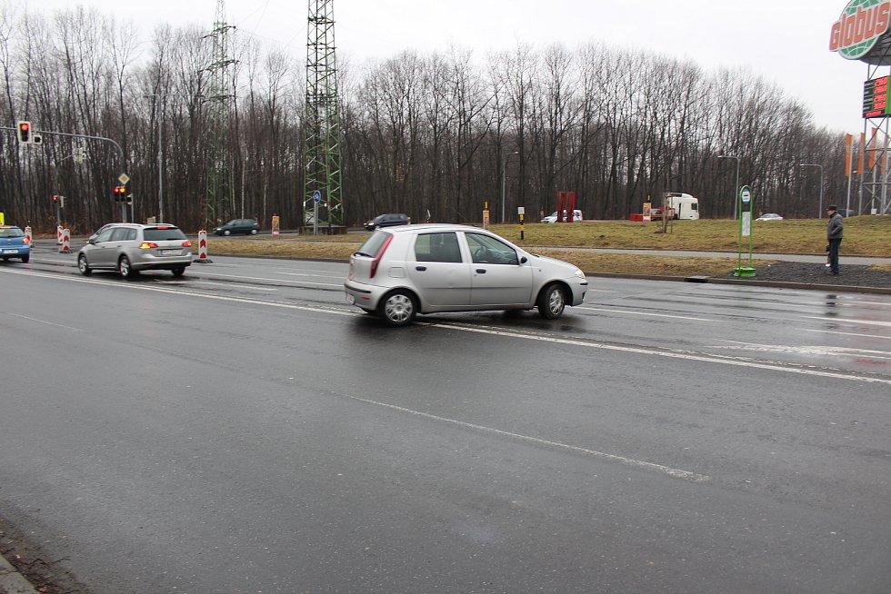 V křižovatce u obchodní zóny v Havířově panuje chaos. Tento řidič-senior se otáčel na dvojité plné čáře.