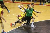 Jan Užek (s míčem) má v poslední době formu. Vyladil ji ve správný čas. Blíží se play off.