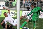 Gól! Jan Kalabiška (v bílém) překonává hradeckého brankáře Radima Ottmara a gólem na 3:2 rozhoduje o výhře Karviné.
